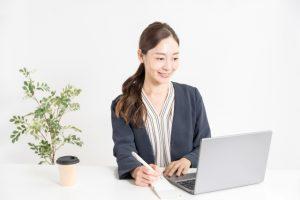 ノートパソコンで仕事をしている女性